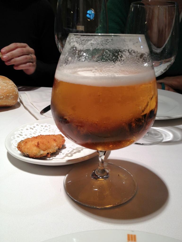 Bock de cerveza y tapita