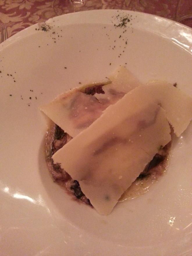 Melanzane bajo capas de parmesano.