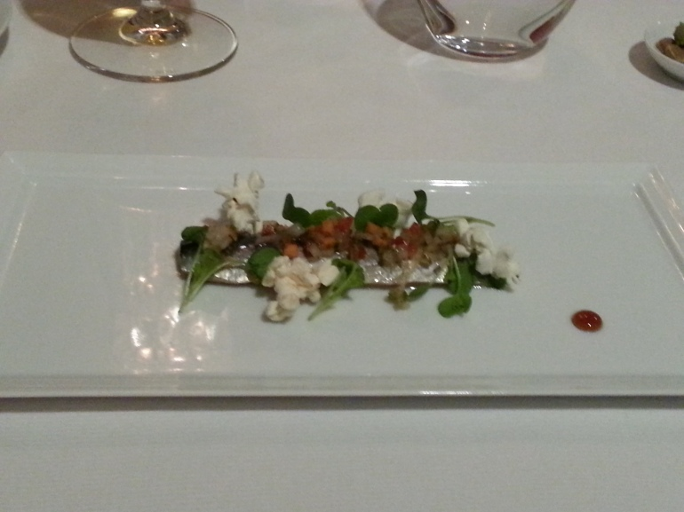 Sardina en ceviche con verduras y palomitas