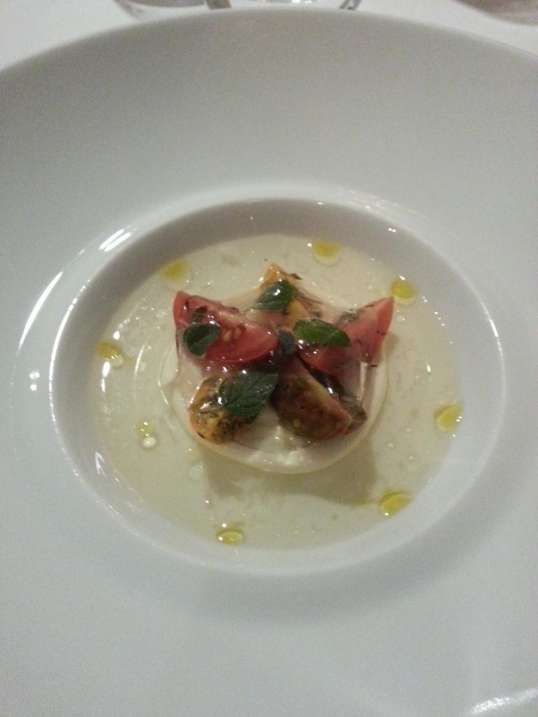 Falso ravioli con agua de tomate