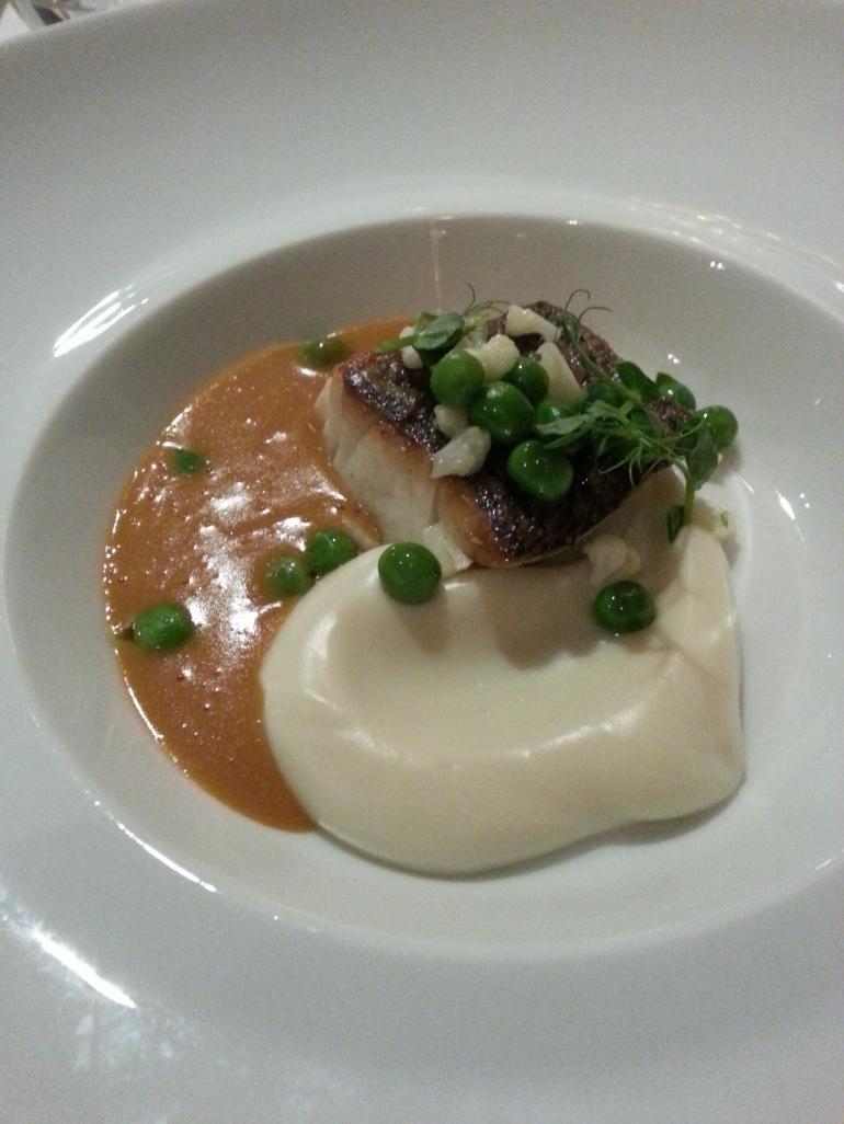 Corvina asada con puré de coliflor con bisquet de marisco