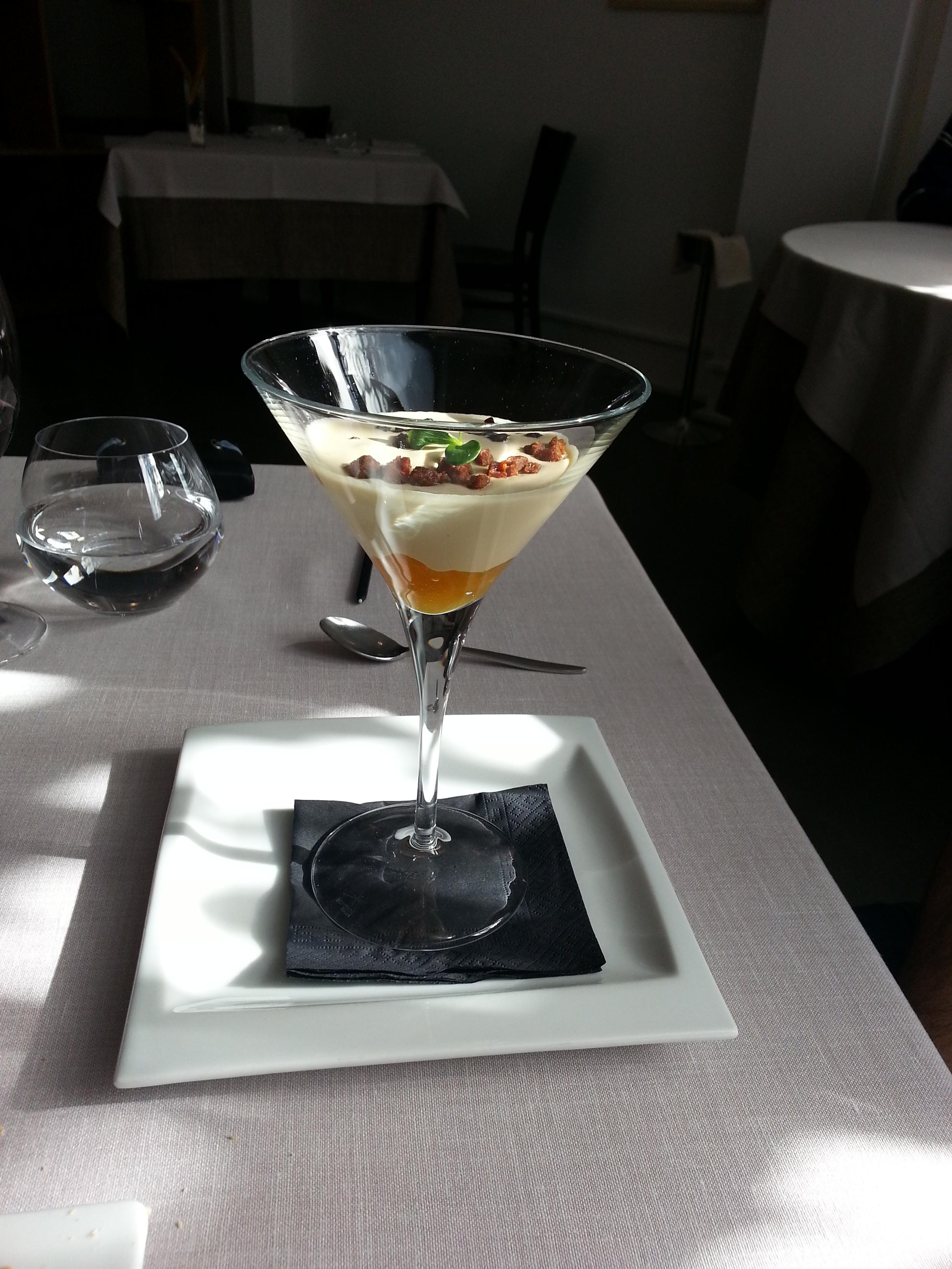 Yogourt de foie con compota de melocotón y crujiente de frutos rojos