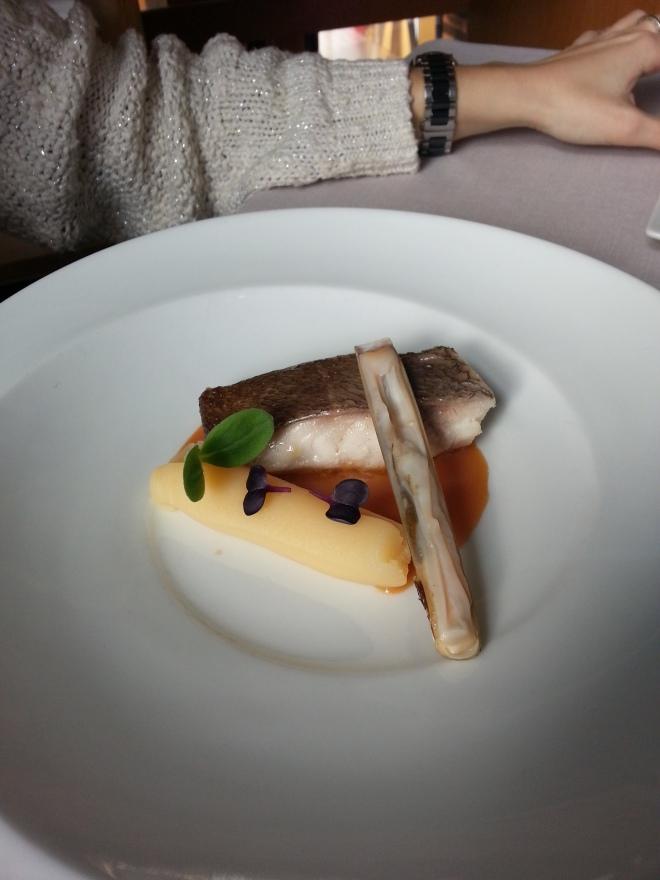 Borriquete asado con crema de patata, bisquet y navaja.