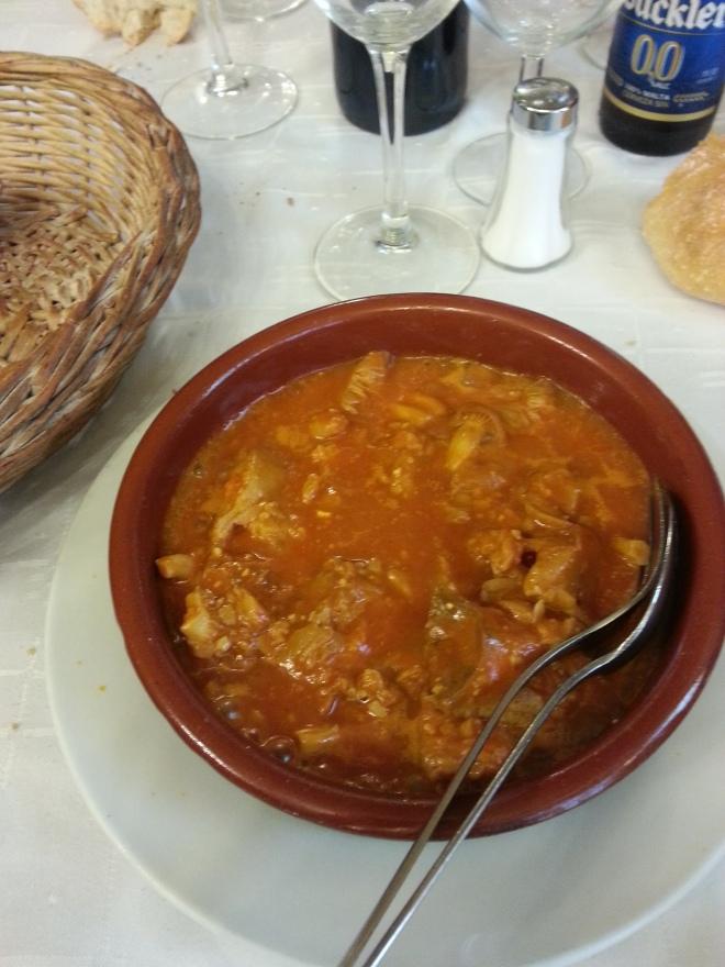 Llanegas con salsa de tomate y piñones