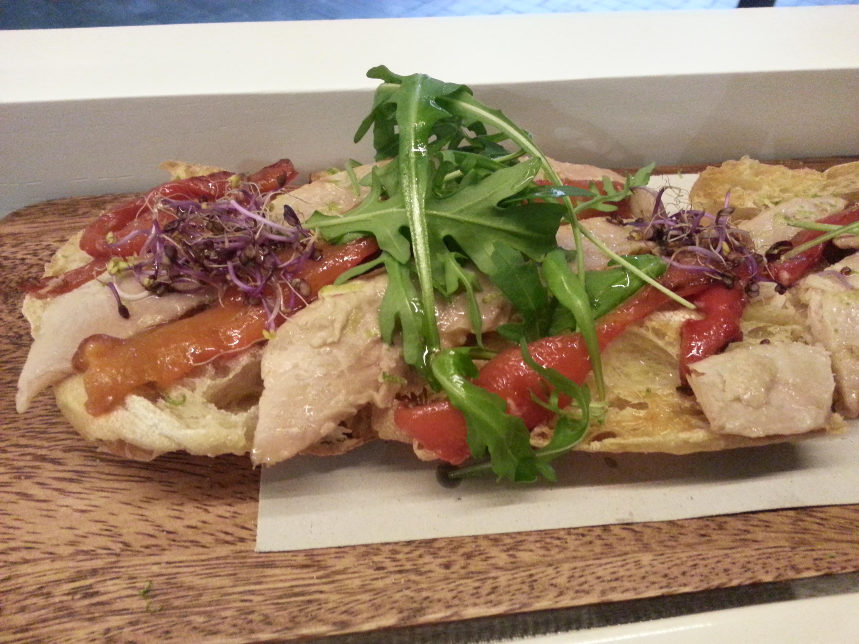 Ensalada de ventresca casera con brotes y mayonesa de pimiento sobre pan de lujo