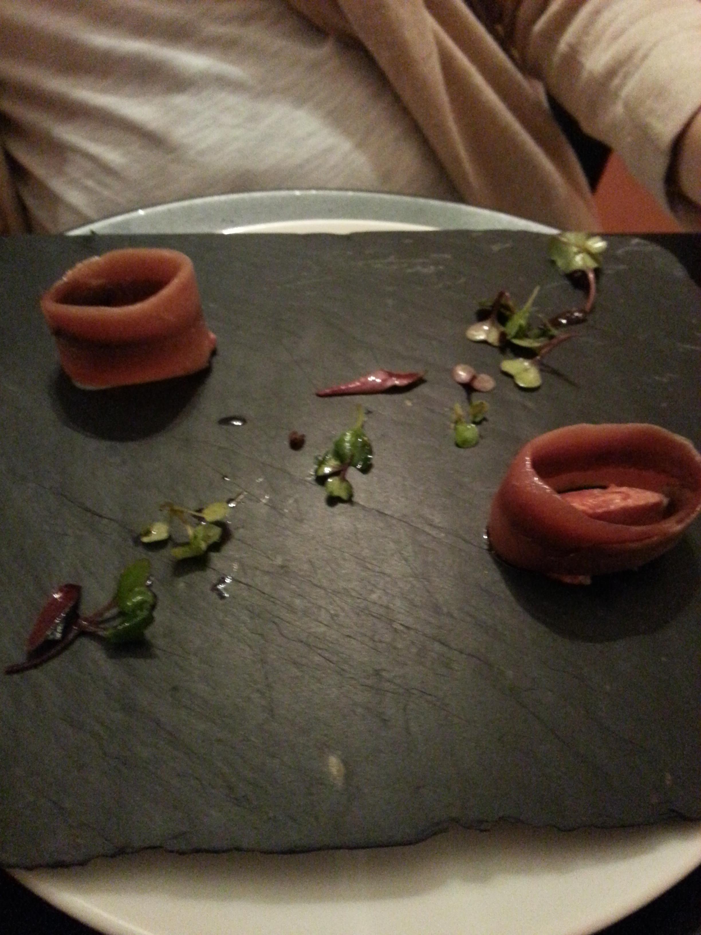 Anchoa con tartar de tomate y brotes