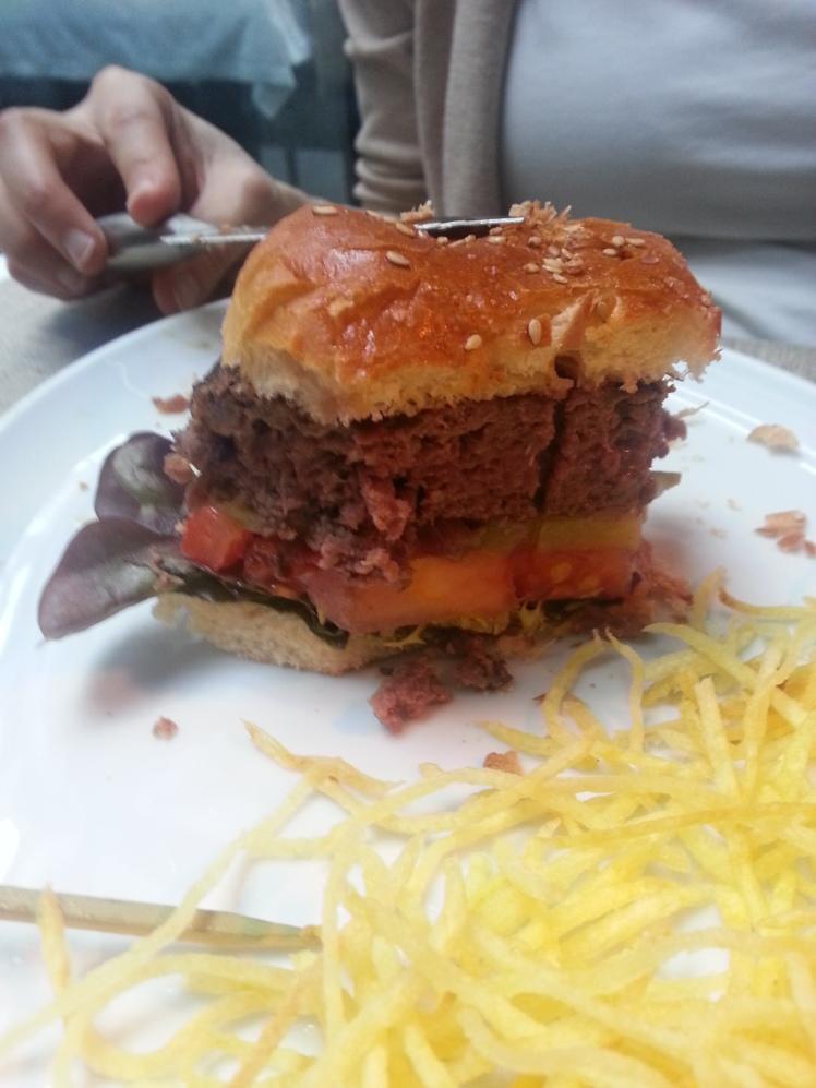 Hamburguesa americana con tomate, pepinillo y lechuga
