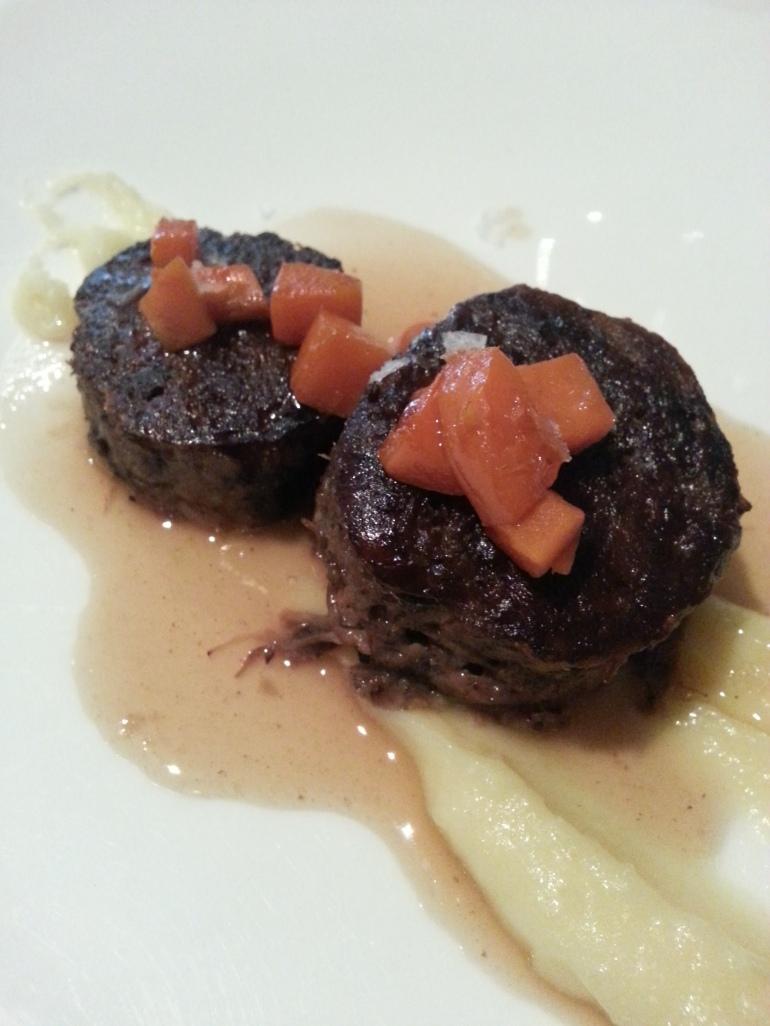 Medallones de rabo de ternera con puré de patata y zanahoria especiada