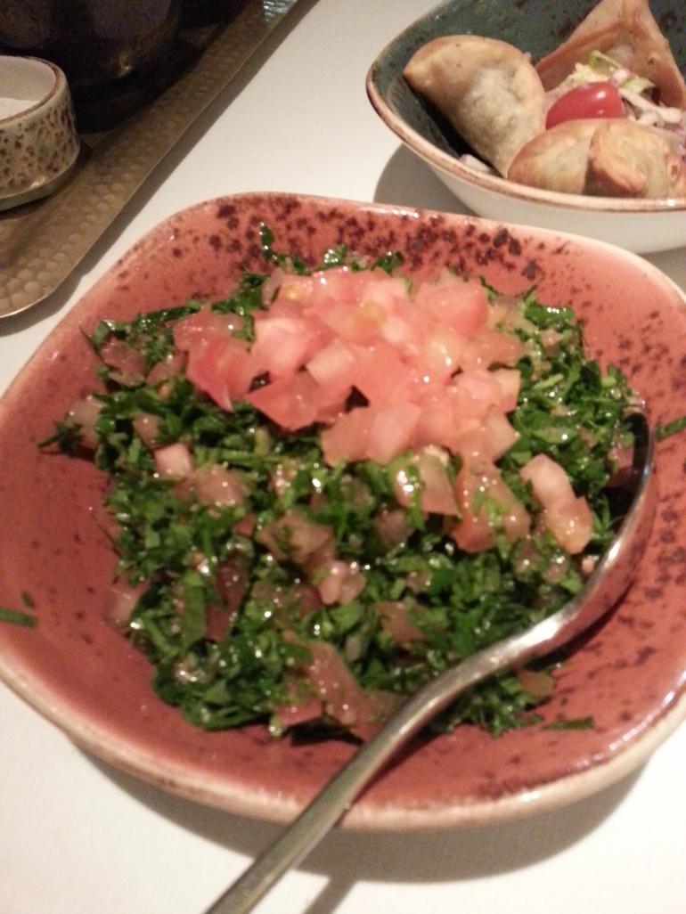 Tabbouleh: ensalada de perejil, tomate, trigo y un toque cítrico