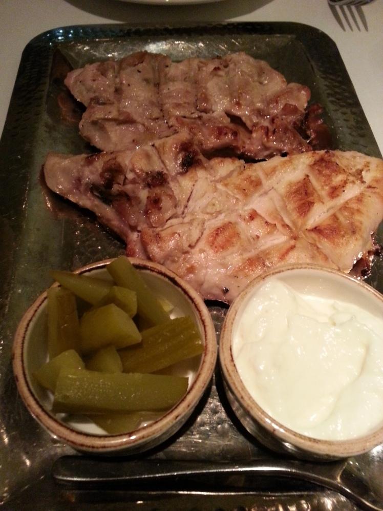 Shawarma djaj: pechaga de pollo marinada y hecha a la parrilla de carbón.