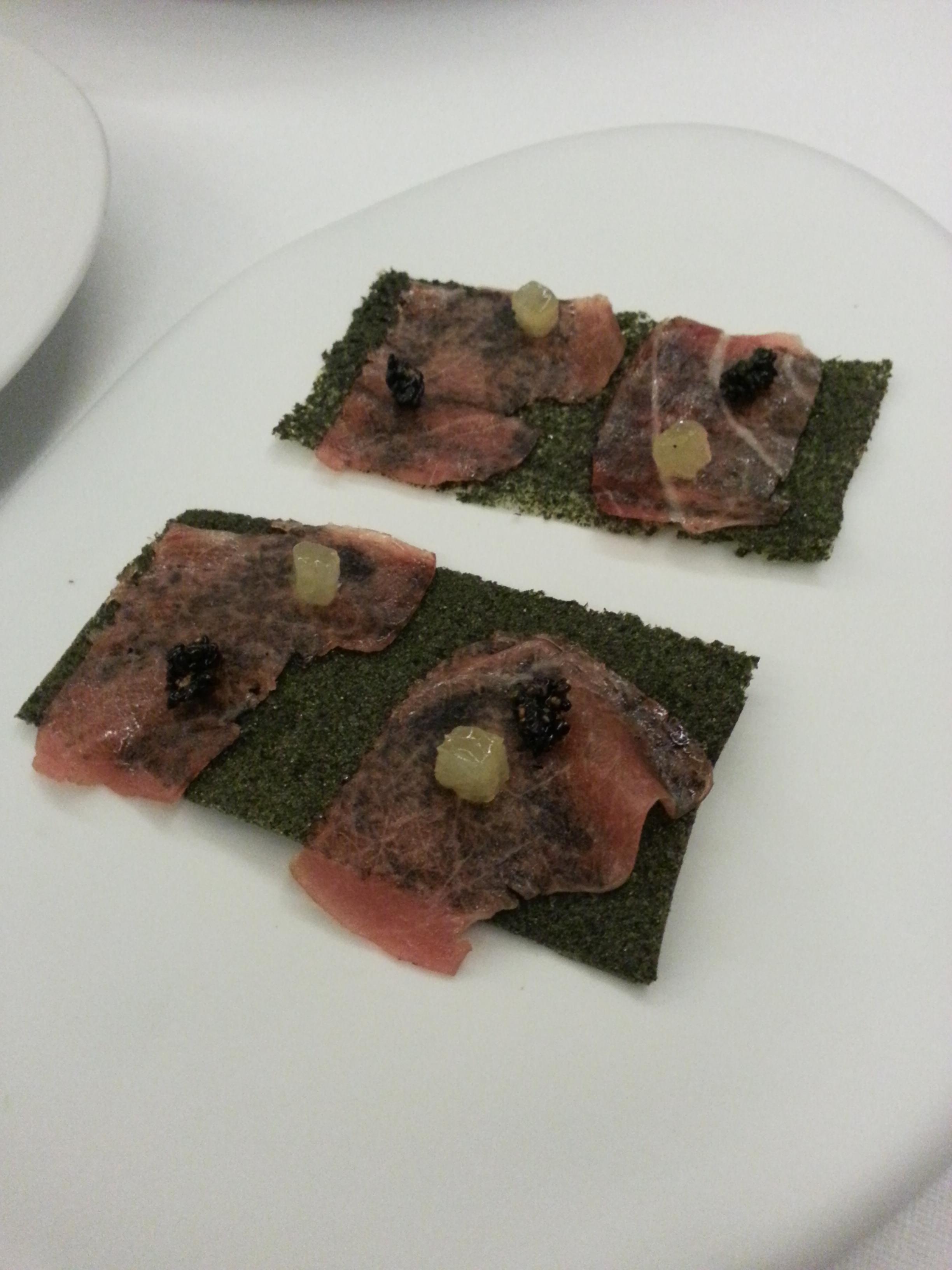 Láminas de alga con atún marinado