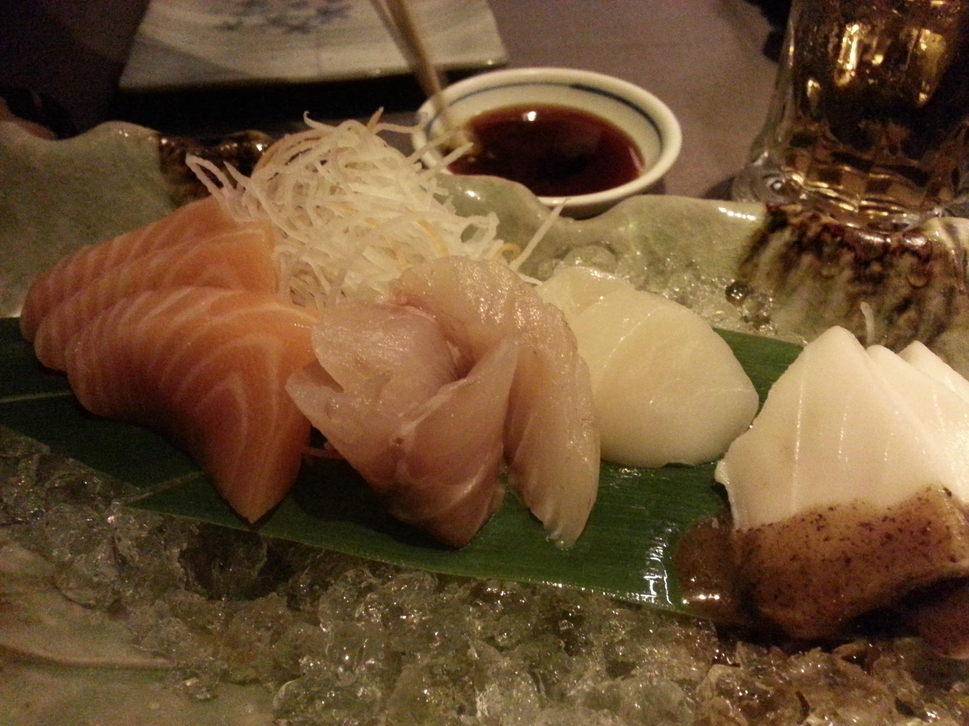 Sashimi de salmón, lubina, vieira y pez mantequilla.
