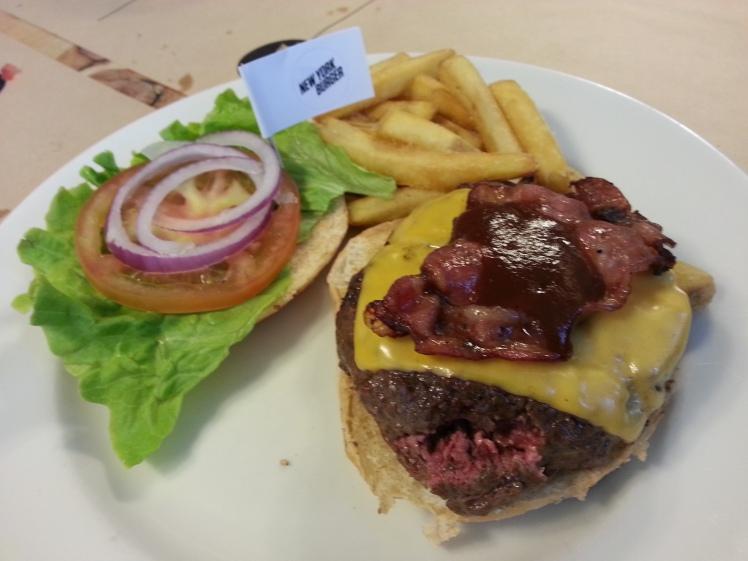 Queens Burguer - Bacon, cheddar y salsa barbacoa