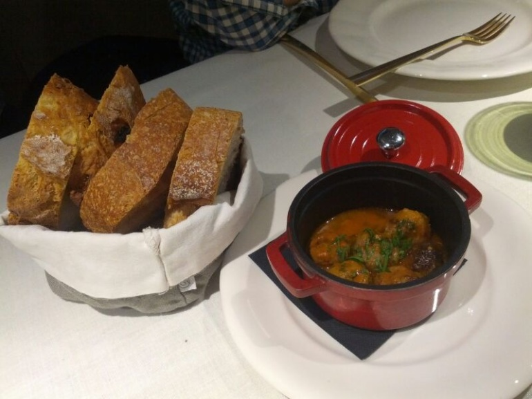 Aperitivo de albóndigas madrileña, pan