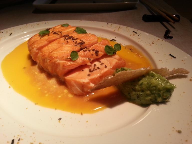 Salmón templado con yuzu y guacamole de shiso