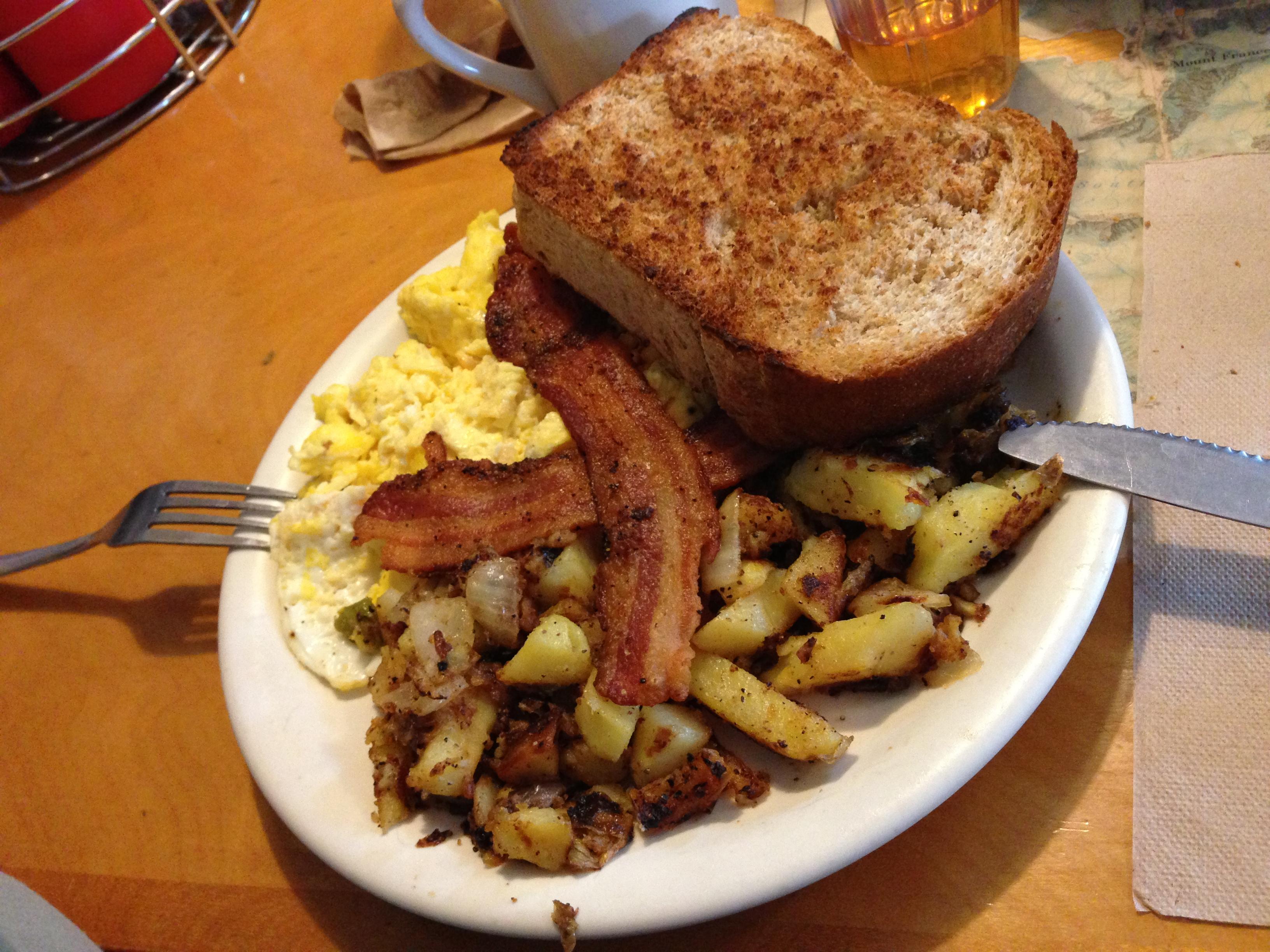Tostadas, bacon, huevo y patatas