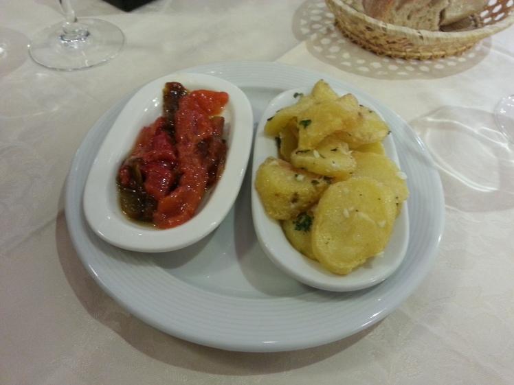 Aperitivo de pimientos asados y patatas al ajillo - Lago de Sanabria
