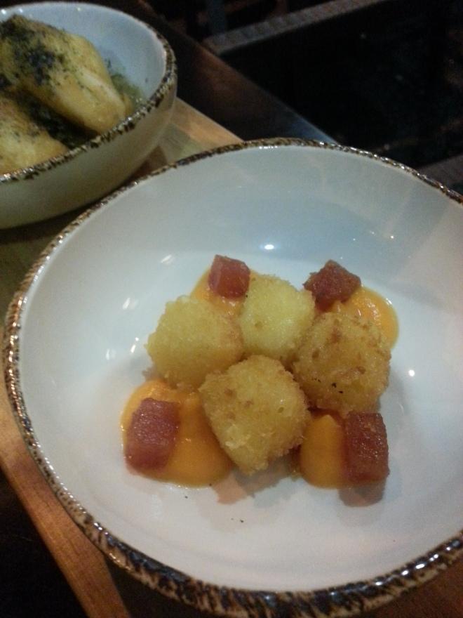 Queso frito sobre puré de calabaza y membrillo - Restaurante Slow Montecarmelo
