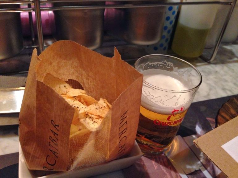 Cruzcampo y bolsa patatas