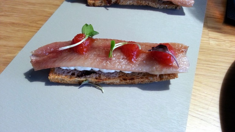 Restaurante Alabaster - Tosta de sardina ahumada con crema de queso de arzua y tomate confitado.