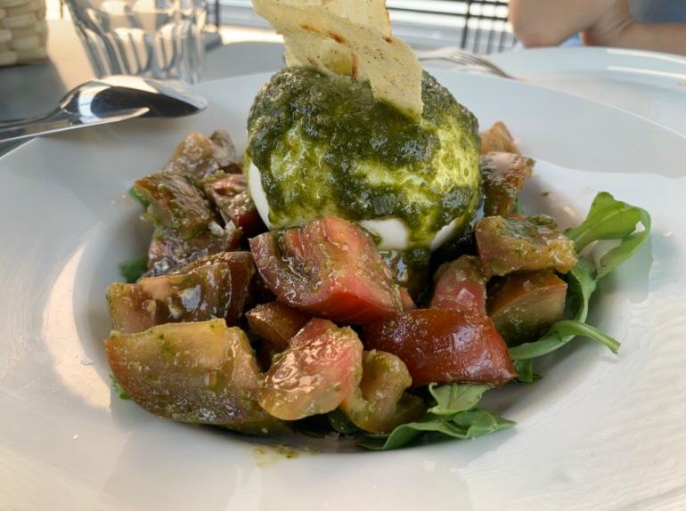 La Cuadrilla Montecarmelo - Ensalada de tomate, burrata, rucula y pesto